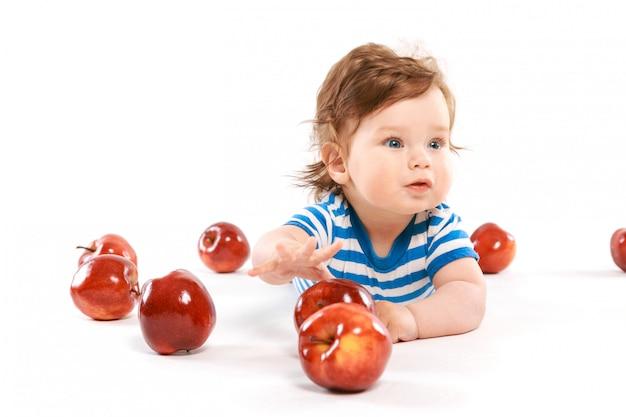 Новорожденный в окружении яблок