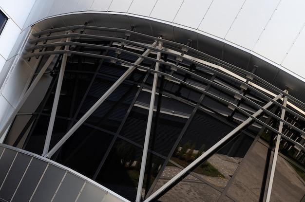 Крупный план окон черного стекла современного здания