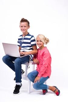 笑顔の小学生が世界について学ぶ
