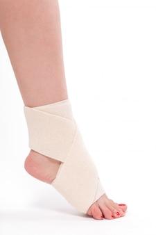 伸縮性包帯で結ばれた女性の足