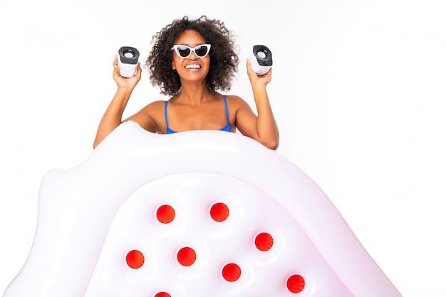 Стильная сексуальная брюнетка афроамериканец в купальнике с широкой улыбкой на белой изолированной поверхности