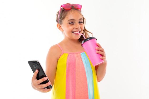 Картина кавказская девушка с очками и телефоном пьет кофе или сок и общаться с друзьями или семьей и улыбки, изолированных на белом