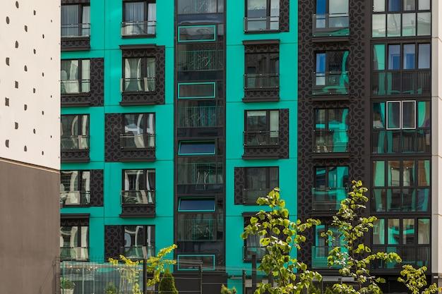 ミント色と黒色の明るく高価なマンションのクローズアップ
