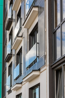ガラスバルコニー付きのアパートの近代的なブロックのクローズアップ