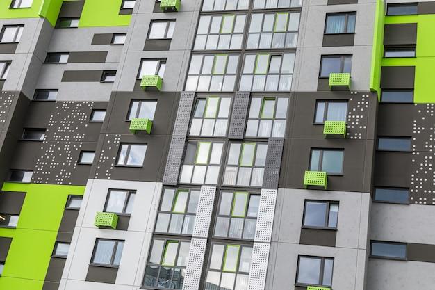 鮮やかなグリーンとグレーで描かれたフラットの新しいブロックのフラグメント