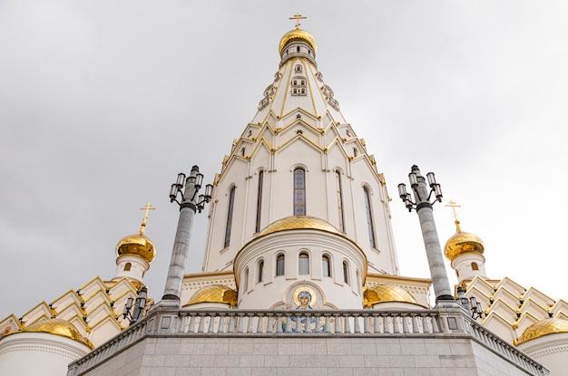 金箔のドームと白いキリスト教会の底面図
