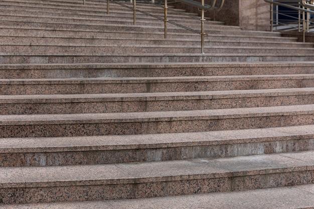 Высокая бетонная лестница