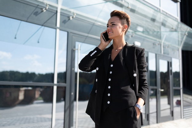 Портрет успешной бизнес-леди на фоне небоскреба