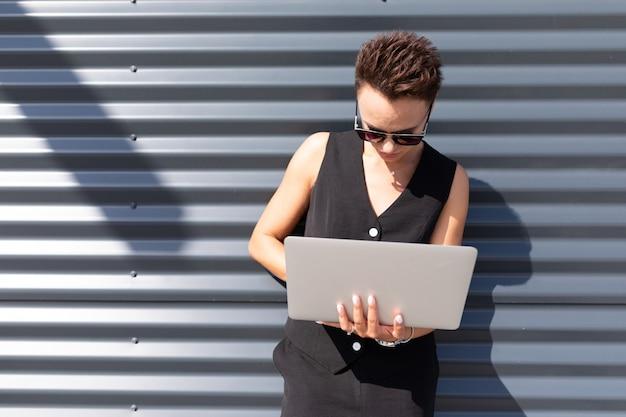 Стильная деловая женщина на работе, концепция сильной и уверенной в себе женщины