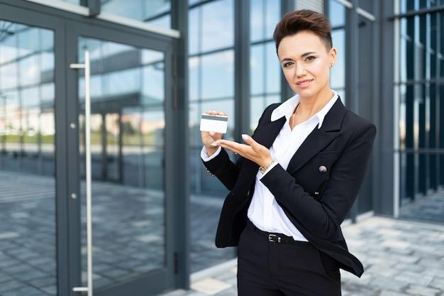 オフィスのおしゃれな建物の背景にスタイリッシュなビジネス女性