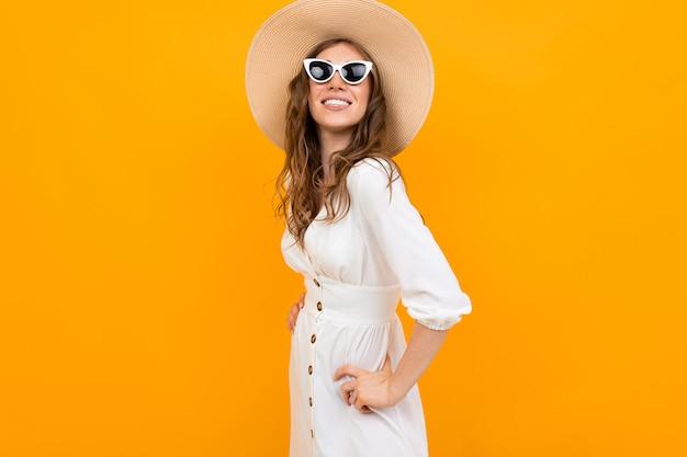 オレンジ色の背景に白雪姫のドレスでスタイリッシュな女の子