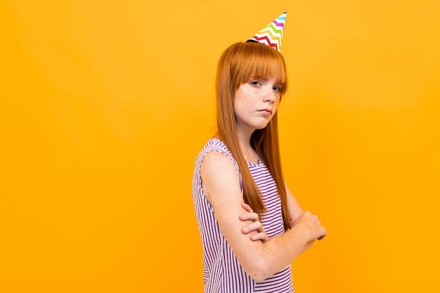 誰もが美しい白人少女の誕生日、黄色に分離された画像を忘れた