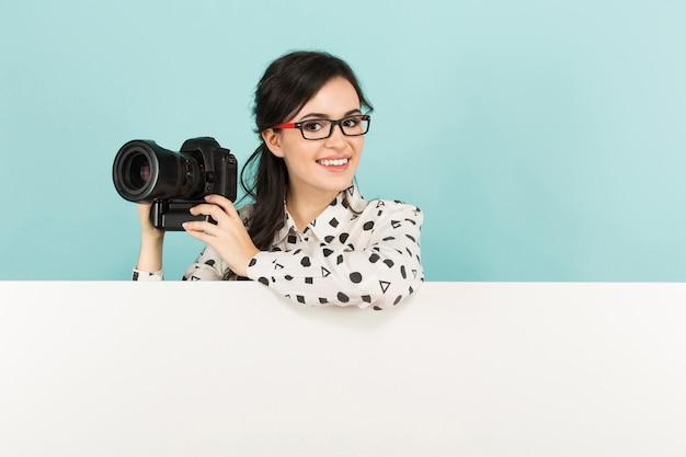 カメラを持つ若い女