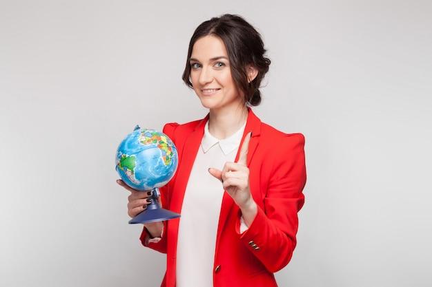 Картина красивая женщина в красном блейзере с земной шаром в руках