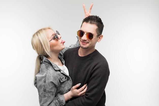 Веселая молодая пара веселиться и смеяться вместе на открытом воздухе