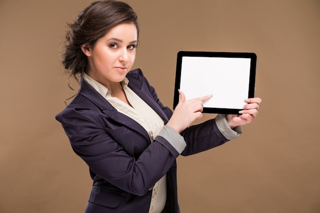 Девушка держит планшет