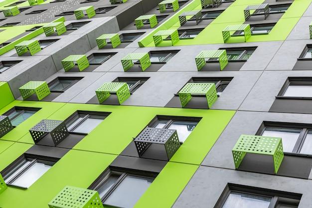 灰色と緑のアパートの建物
