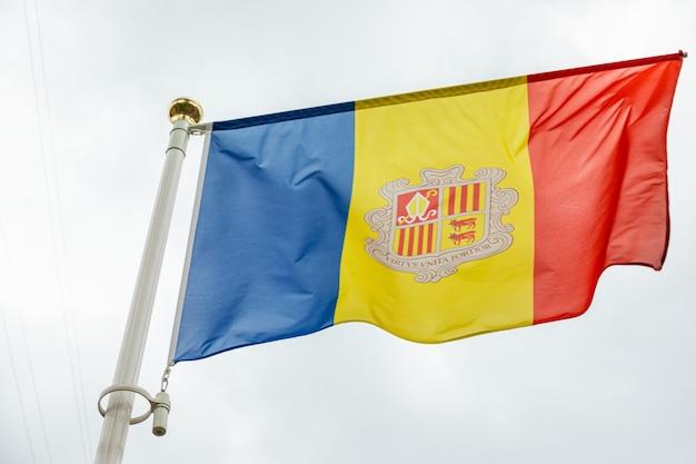 Флаг андорры в дневное время на фоне неба