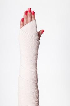 Студийный снимок женских запястий, перевязанных эластичной повязкой