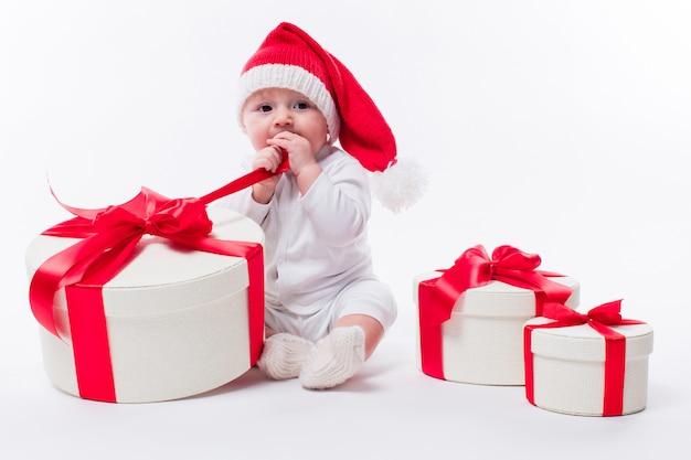 新年の帽子に座っている美しい赤ちゃん