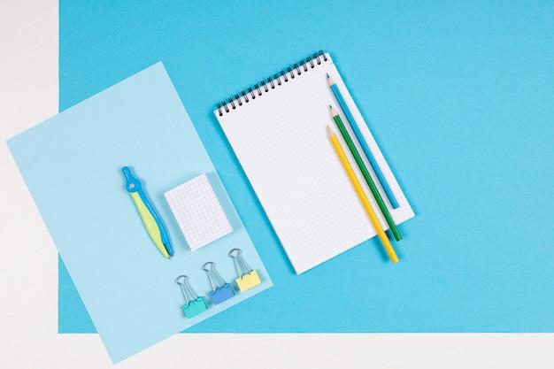 青と白で隔離される文房具