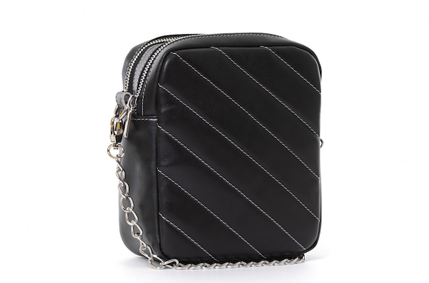 Маленькая квадратная сумка черного цвета на белом