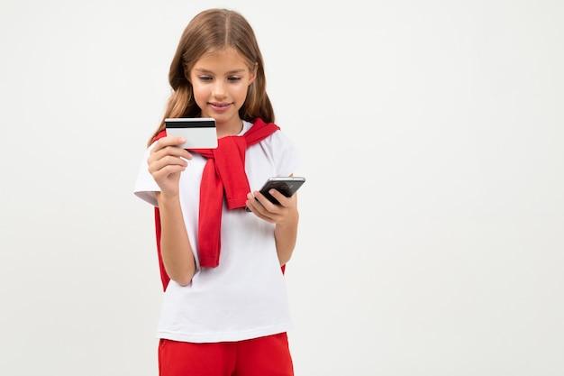 Симпатичный подросток с красивым лицом держит кредитную карту, картинка, изолированная на белом