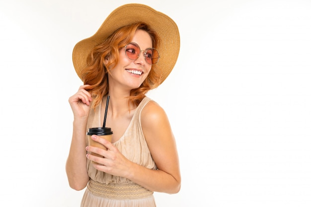 Жизнерадостная женщина со светлыми рыжими волосами в красивом платье улыбается, картинка на белом
