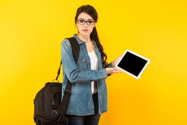 Молодая женщина с сумкой и пк