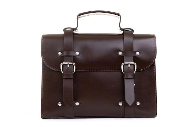 白い背景の上のハンドルに茶色の革女性バッグ