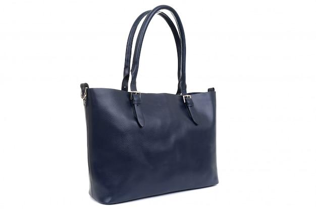 白い背景の上のハンドルの革女性の青いバッグ