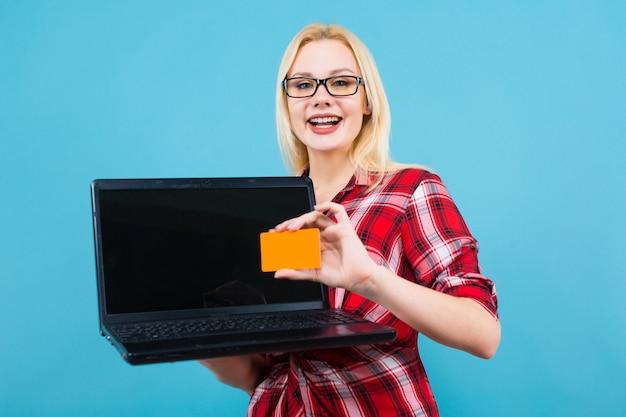 メガネの女性はラップトップと名刺を保持します
