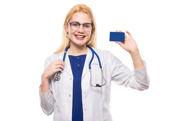 聴診器と名刺を持つ女性医師