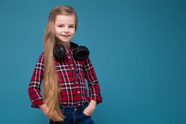 シャツとイヤホンと長い髪のかわいい女の子