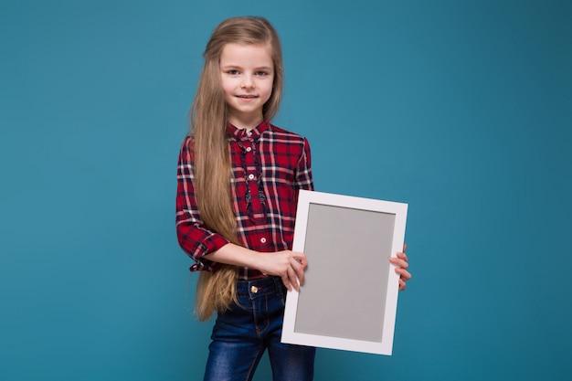 長い髪のシャツでかわいい女の子がフレームを保持します。