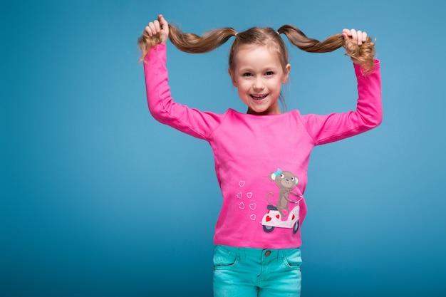 猿と青いズボンとピンクのシャツで美しい少女