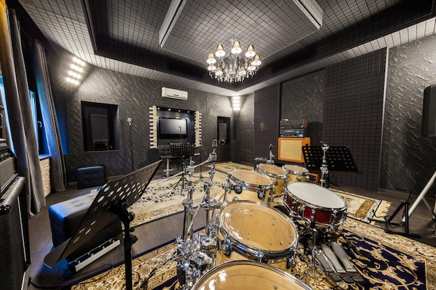 Профессиональная студия звукозаписи с музыкальными инструментами