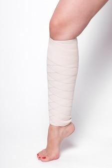 足首の女性が弾性包帯をドラッグ