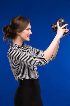 カメラを見て女の子