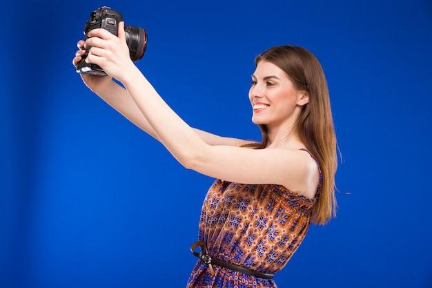 彼の手でカメラを持つ少女