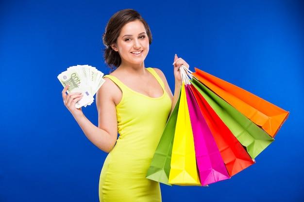 ショッピングとお金を持つ少女