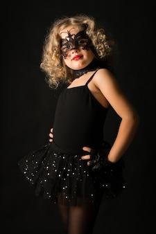 不吉なハロウィーンの衣装の女の子