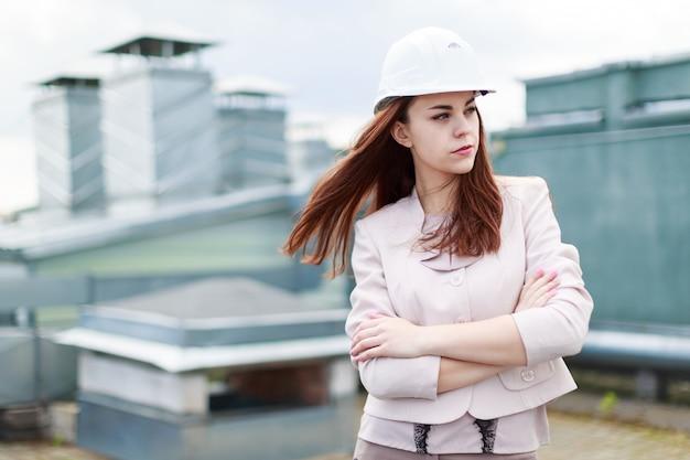 ベージュのスーツでかなり実業家が屋根の上に立つ
