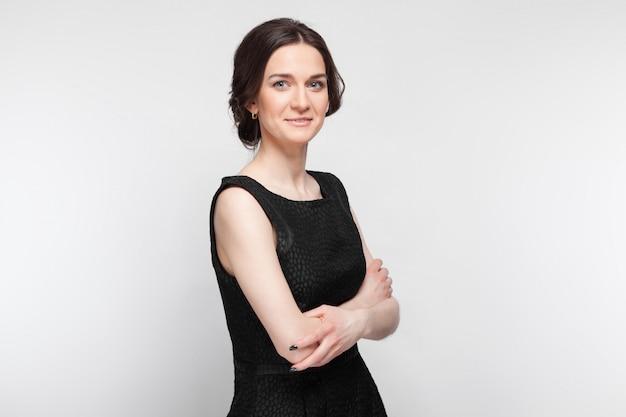 Картина довольно элегантной женщины в черном платье
