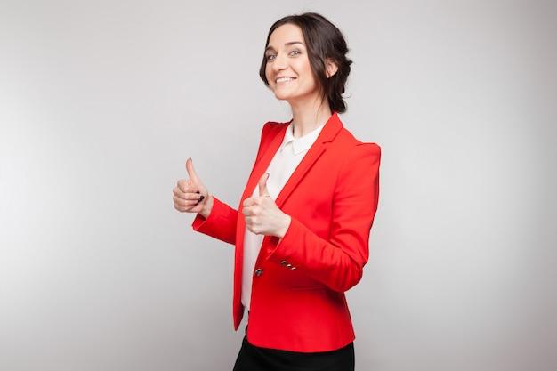 Картина красивая женщина в красном блейзере стоя