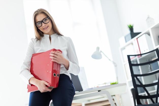 明るいオフィスで働く魅力的な若い女の子