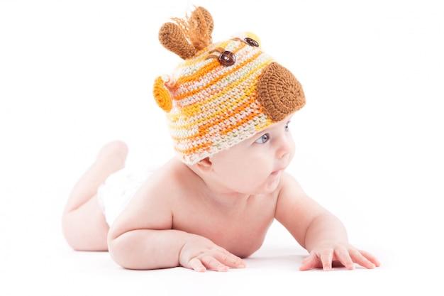 美白のおむつと鹿の帽子の小さな男の子