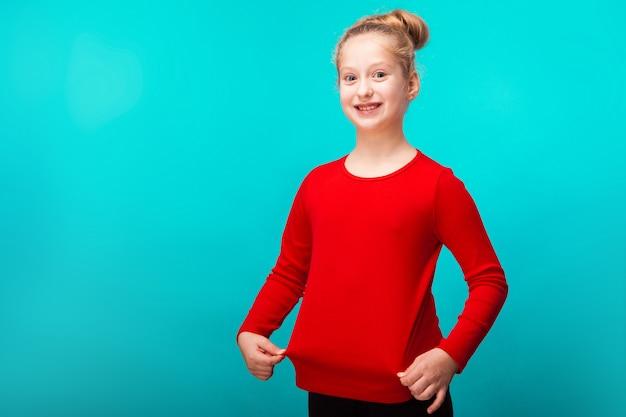 Счастливая маленькая белокурая девушка