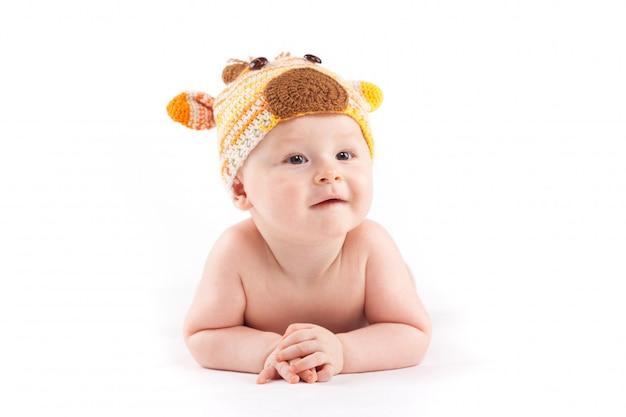 白いおむつと鹿の帽子でかわいい男の子
