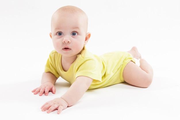 背景の上に横たわると笑顔のかわいい赤ちゃん
